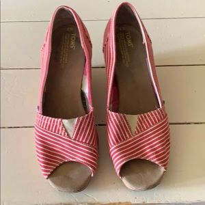 So cute! Toms open toe wedge shoes 9W